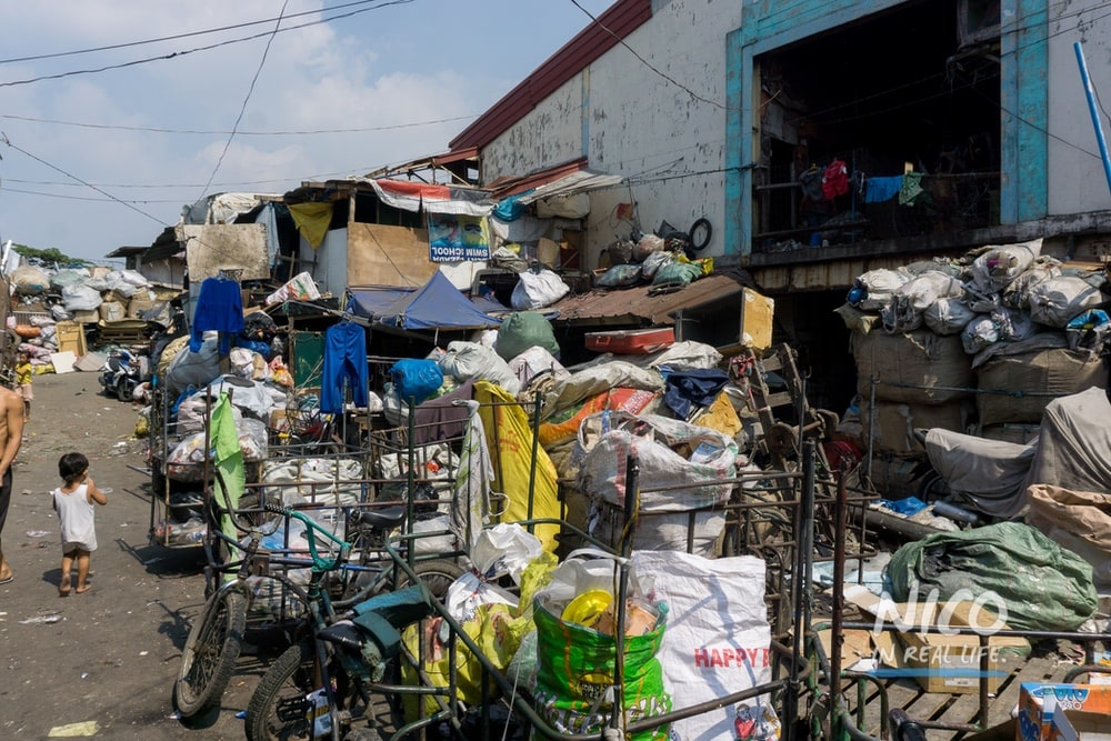 Trash heaps in Happyland (Manila, Philippines)