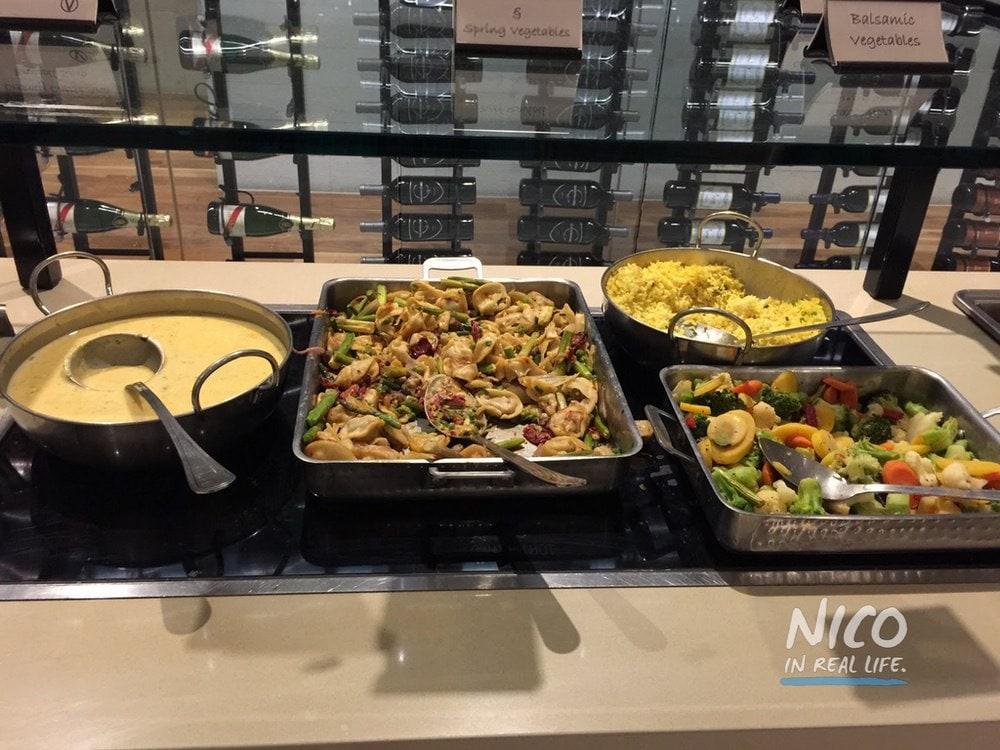 Star Alliance Lounge LAX hot entrees